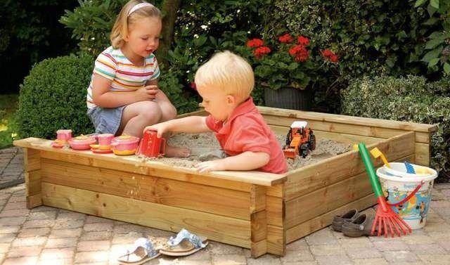 Игры ребенка в песочнице