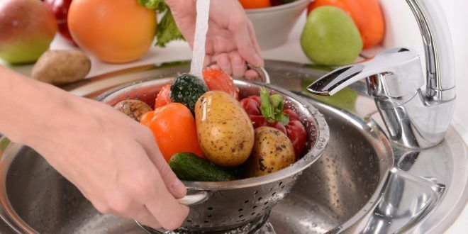 Мыть овощи и фрукты перед употреблением