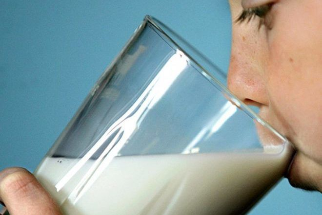 Человек пьет молоко