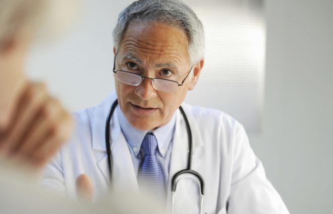 Некоторые врачи не рекомендуют разрезать кожу, если в теле осталась голова клеща